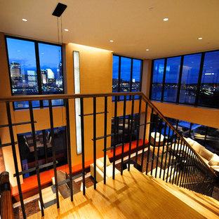 Esempio di un soggiorno design di medie dimensioni e aperto con pareti beige, pavimento in sughero, nessun camino, TV nascosta e pavimento marrone