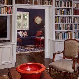 サンディエゴの小さいトラディショナルスタイルのおしゃれなオープンリビング (ライブラリー、ベージュの壁、濃色無垢フローリング、暖炉なし、壁掛け型テレビ、茶色い床) の写真
