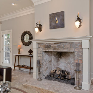 Idee per un soggiorno classico di medie dimensioni e aperto con pareti grigie, pavimento in mattoni, camino classico, cornice del camino in mattoni e TV a parete