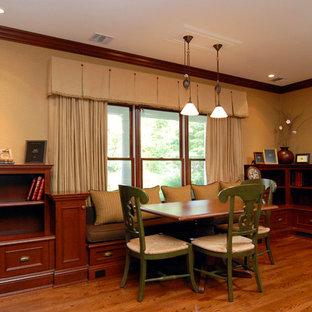 Modelo de sala de estar clásica con paredes beige y suelo de madera en tonos medios