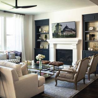 Großes, Offenes Klassisches Wohnzimmer mit weißer Wandfarbe, dunklem Holzboden, Kamin, verputztem Kaminsims und Wand-TV in San Diego