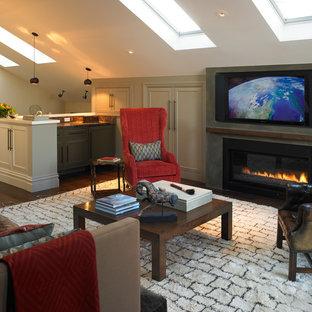 Ispirazione per un soggiorno chic stile loft con pareti beige, parquet scuro, camino classico e TV a parete