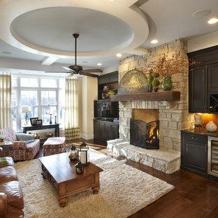 Ejemplo de sala de estar tradicional con marco de chimenea de piedra