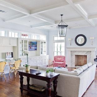 Aménagement d'une salle de séjour classique avec un sol en bois foncé, une cheminée standard et un mur violet.