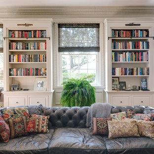 Bild på ett mycket stort vintage allrum med öppen planlösning, med ett bibliotek, grå väggar, mellanmörkt trägolv, en standard öppen spis, en spiselkrans i sten och en fristående TV