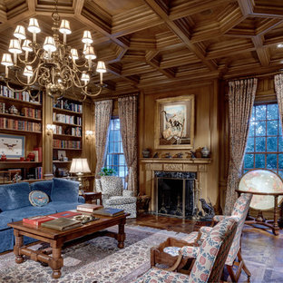 Réalisation d'une salle de séjour avec une bibliothèque ou un coin lecture tradition fermée avec un mur marron, un sol en bois brun, une cheminée standard et un sol marron.