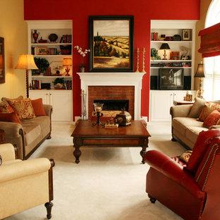 Aménagement d'une salle de séjour classique avec un mur rouge, moquette, une cheminée standard, un manteau de cheminée en brique, un téléviseur indépendant et un sol beige.