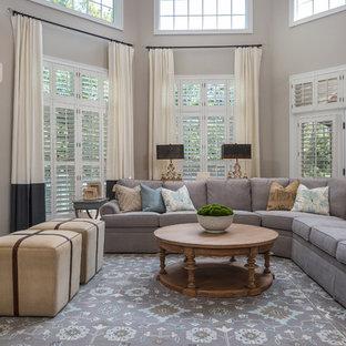 ワシントンD.C.のトラディショナルスタイルのおしゃれなファミリールーム (ベージュの壁、濃色無垢フローリング、標準型暖炉、石材の暖炉まわり、茶色い床) の写真