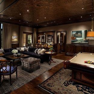 Esempio di un grande soggiorno chic chiuso con sala giochi, pareti marroni, parquet scuro e nessuna TV