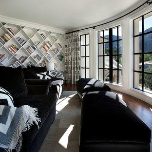 Foto de sala de estar tradicional con suelo de madera oscura y paredes blancas