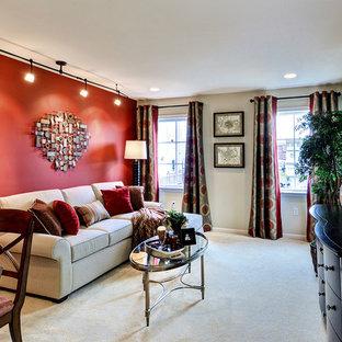 Стильный дизайн: маленький комната для игр в классическом стиле с красными стенами, ковровым покрытием и телевизором на стене - последний тренд