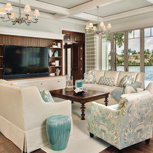 タンパの中くらいのビーチスタイルのおしゃれな独立型ファミリールーム (緑の壁、濃色無垢フローリング、暖炉なし、据え置き型テレビ、茶色い床) の写真