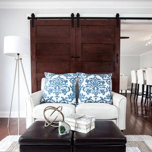 Kleines, Abgetrenntes Klassisches Wohnzimmer mit grauer Wandfarbe, Bambusparkett, freistehendem TV und braunem Boden in Chicago