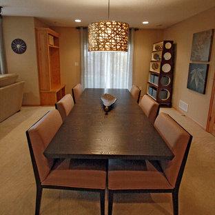 ミネアポリスの広いトランジショナルスタイルのおしゃれなオープンリビング (ベージュの壁、カーペット敷き、コーナー設置型暖炉、タイルの暖炉まわり、据え置き型テレビ) の写真