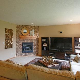 Esempio di un grande soggiorno chic aperto con pareti beige, moquette, camino ad angolo, cornice del camino piastrellata e TV autoportante