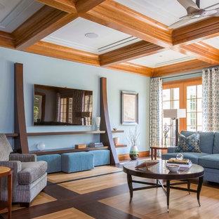 Ejemplo de sala de estar tradicional renovada, sin chimenea, con paredes azules, televisor colgado en la pared y suelo de madera clara