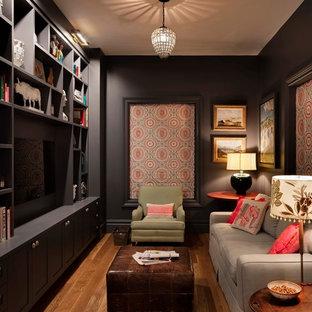 Imagen de sala de estar cerrada, tradicional renovada, pequeña, con televisor colgado en la pared, paredes negras y suelo de madera en tonos medios