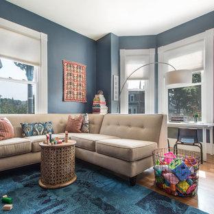 ボストンの小さいトランジショナルスタイルのおしゃれなファミリールーム (青い壁、無垢フローリング、ベージュの床) の写真