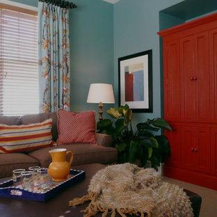 デトロイトの中サイズのトランジショナルスタイルのおしゃれな独立型ファミリールーム (青い壁、カーペット敷き、暖炉なし、内蔵型テレビ) の写真