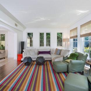 Geräumiges, Fernseherloses, Abgetrenntes Klassisches Wohnzimmer ohne Kamin mit weißer Wandfarbe, Bambusparkett und braunem Boden in Miami