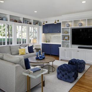 Klassisches Wohnzimmer mit weißer Wandfarbe, braunem Holzboden, Wand-TV und braunem Boden in San Francisco