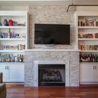 Esempio di un grande soggiorno classico stile loft con pareti bianche, pavimento in legno massello medio, camino classico, cornice del camino in pietra, TV a parete e pavimento rosso