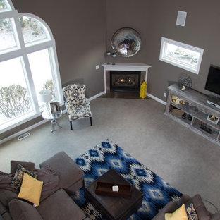 クリーブランドの大きいトランジショナルスタイルのおしゃれなファミリールーム (グレーの壁、コーナー設置型暖炉、石材の暖炉まわり、壁掛け型テレビ) の写真