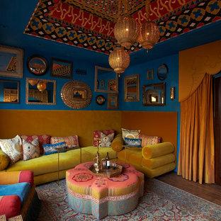 フェニックスの地中海スタイルのおしゃれな独立型ファミリールーム (青い壁、濃色無垢フローリング、暖炉なし、テレビなし) の写真