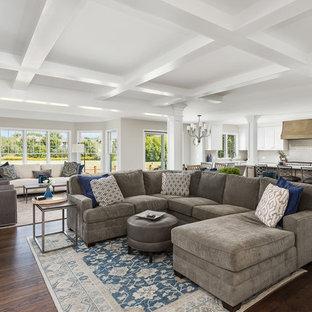 Idées déco pour une grande salle de séjour classique ouverte avec un sol en bois foncé, un sol marron et un mur gris.