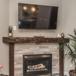 Esempio di un soggiorno classico di medie dimensioni e aperto con pareti beige, parquet scuro, camino ad angolo, cornice del camino in pietra, TV a parete e pavimento marrone