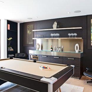 ロサンゼルスの広いコンテンポラリースタイルのおしゃれなオープンリビング (ゲームルーム、茶色い壁、ライムストーンの床、内蔵型テレビ) の写真