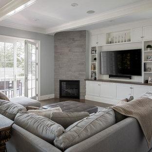 ボストンのトランジショナルスタイルのおしゃれなファミリールーム (青い壁、無垢フローリング、コーナー設置型暖炉、タイルの暖炉まわり、壁掛け型テレビ) の写真