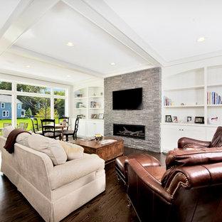 シカゴの中サイズのトランジショナルスタイルのおしゃれなファミリールーム (白い壁、濃色無垢フローリング、横長型暖炉、石材の暖炉まわり、壁掛け型テレビ、茶色い床) の写真