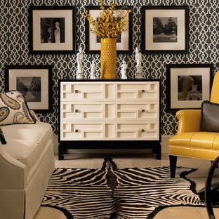 Imagen de sala de estar cerrada, clásica renovada, pequeña, sin chimenea y televisor, con paredes multicolor, suelo de piedra caliza y suelo beige