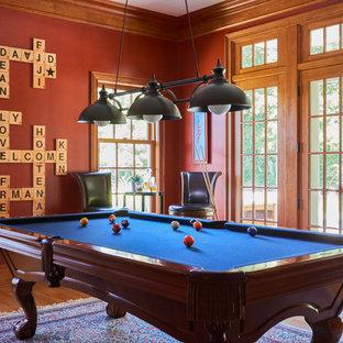 Bild på ett vintage allrum med öppen planlösning, med ett spelrum, röda väggar, mellanmörkt trägolv och brunt golv