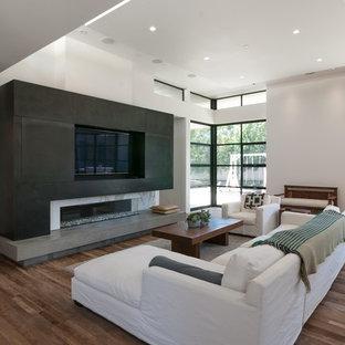 Idées déco pour une salle de séjour moderne de taille moyenne et ouverte avec un mur blanc, une cheminée ribbon, un manteau de cheminée en pierre, un téléviseur encastré et un sol en bois brun.