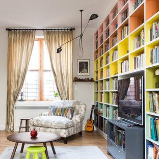 Retro Bibliothek mit grauer Wandfarbe, braunem Holzboden und Multimediawand in New York
