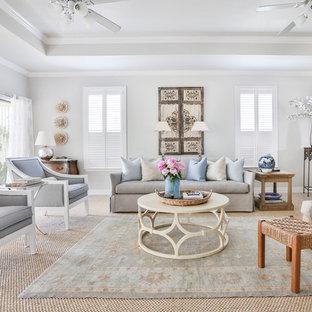 Idee per un grande soggiorno chic aperto con pareti grigie, parete attrezzata e pavimento in gres porcellanato