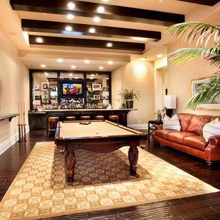 Foto di un grande soggiorno tropicale chiuso con pareti beige, angolo bar, parquet scuro e parete attrezzata