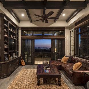 Esempio di un grande soggiorno classico con parquet chiaro, parete attrezzata e pareti beige
