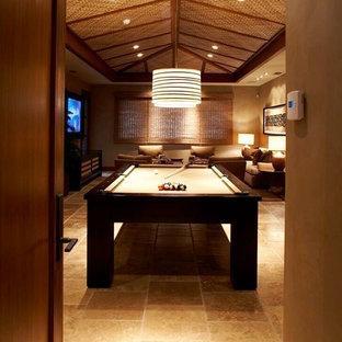 Esempio di un soggiorno tropicale con sala giochi