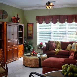 マイアミの大きいトロピカルスタイルのおしゃれな独立型ファミリールーム (緑の壁、磁器タイルの床、内蔵型テレビ) の写真