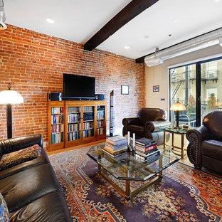 ニューヨークのインダストリアルスタイルのおしゃれなファミリールーム (ライブラリー、暖炉なし、据え置き型テレビ) の写真