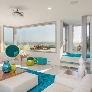 バンクーバーの大きいビーチスタイルのおしゃれなオープンリビング (白い壁、大理石の床、内蔵型テレビ、白い床、横長型暖炉、漆喰の暖炉まわり) の写真