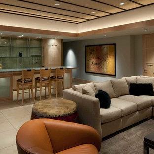 シーダーラピッズの中サイズのコンテンポラリースタイルのおしゃれなファミリールーム (ホームバー、青い壁、磁器タイルの床、暖炉なし、テレビなし、ベージュの床) の写真