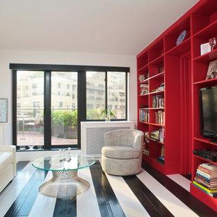 Immagine di un grande soggiorno contemporaneo chiuso con pavimento in legno verniciato, nessun camino, pavimento multicolore, pareti bianche e TV autoportante