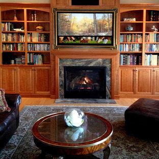 ボストンのトラディショナルスタイルのおしゃれなファミリールーム (ライブラリー、淡色無垢フローリング、標準型暖炉、木材の暖炉まわり、内蔵型テレビ) の写真