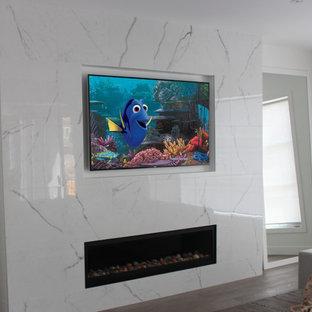 Cette photo montre une grand salle de séjour moderne ouverte avec un mur blanc, un sol en vinyl, une cheminée ribbon, un manteau de cheminée en carrelage, un téléviseur fixé au mur et un sol marron.