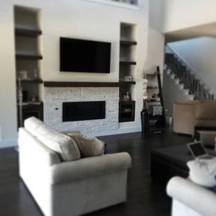 オースティンのコンテンポラリースタイルのおしゃれなファミリールーム (白い壁、濃色無垢フローリング、標準型暖炉、レンガの暖炉まわり、壁掛け型テレビ、茶色い床) の写真