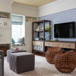Idéer för ett stort klassiskt avskilt allrum, med mellanmörkt trägolv, en väggmonterad TV och flerfärgade väggar